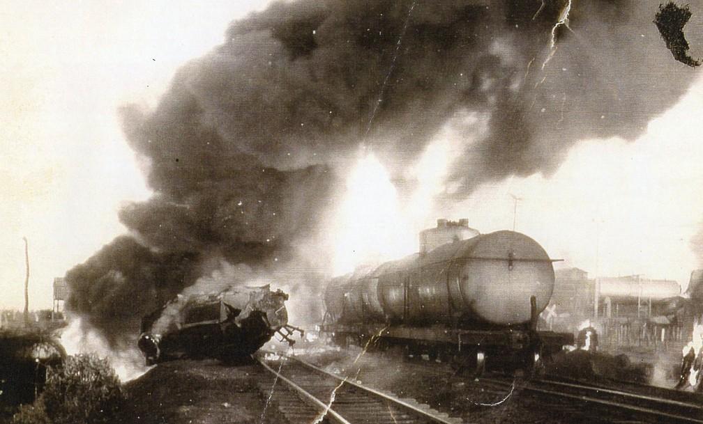 Acidente entre caminhão e trem deixou três mortos e vários feridos (Foto: Reprodução/Livro História e Devoção)