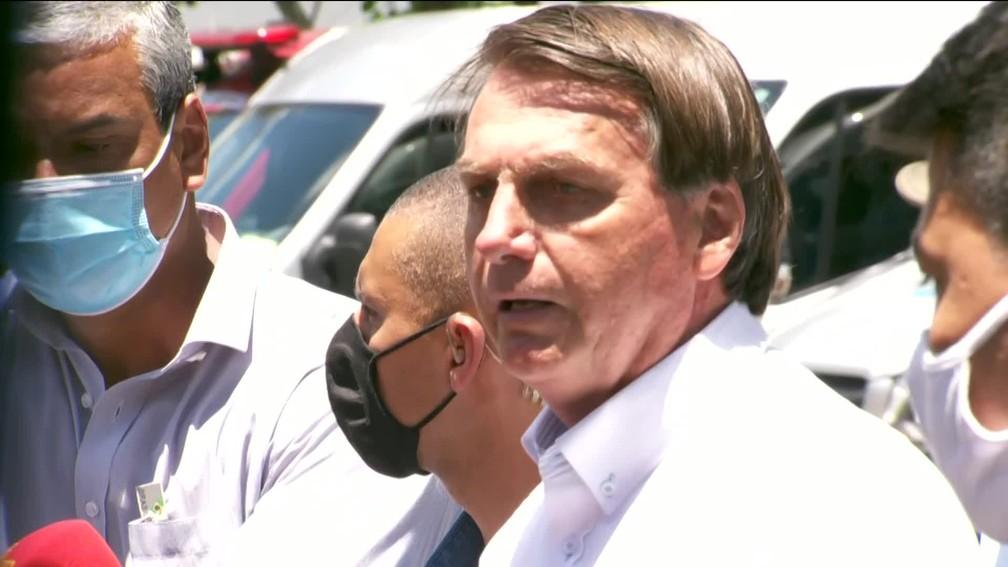 Presidente Jair Bolsonaro votou na Vila Militar e ao sair da zona eleitoral tirou a máscara para conversar com eleitores — Foto: Reprodução / TV Globo