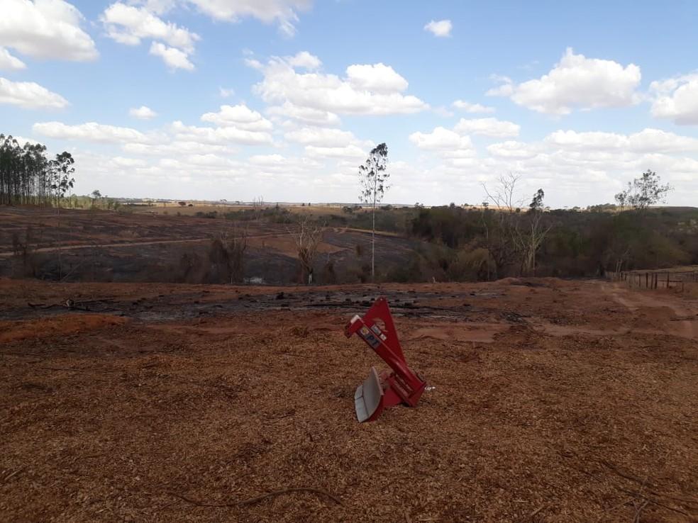 Sitiante é multado em quase R$ 21 mil pelo uso irregular de fogo — Foto: Polícia Ambiental