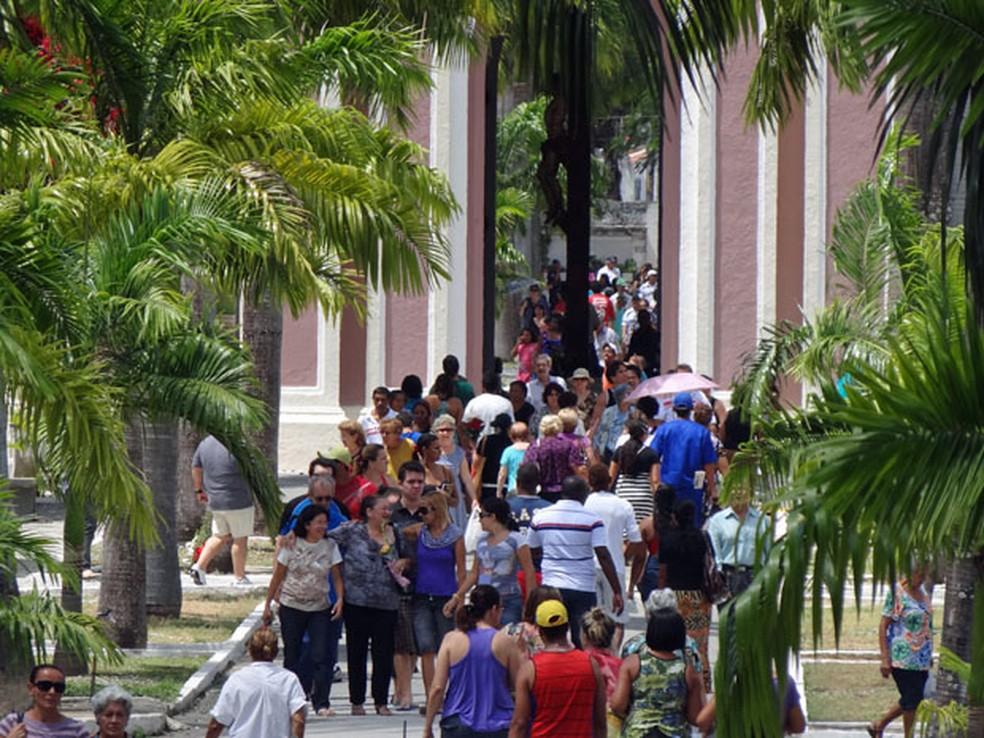 Visitação ao cemitério de Santo Amaro, no Recife, no Dia de Finados — Foto: Katherine Coutinho / G1