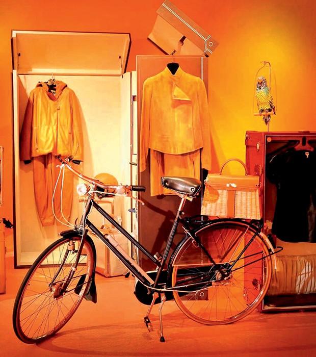 Baú-guarda-roupa e bicicleta que estarão expostos na sala O Espírito do Nômade, que conta a trajetória dos itens de couro para viagens (Foto: Edward Hendricks/Divulgação)
