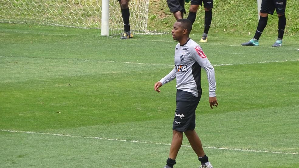 Robinho treinou no time titular, ao lado de Valdívia, Fred e Cazares (Foto: Rafael Araújo)
