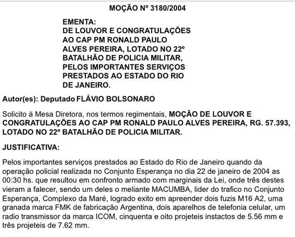 Major Ronald foi homenageado em 2004 pelo então deputado estadual Flávio Bolsonaro, que propôs moção de louvor — Foto: Reprodução
