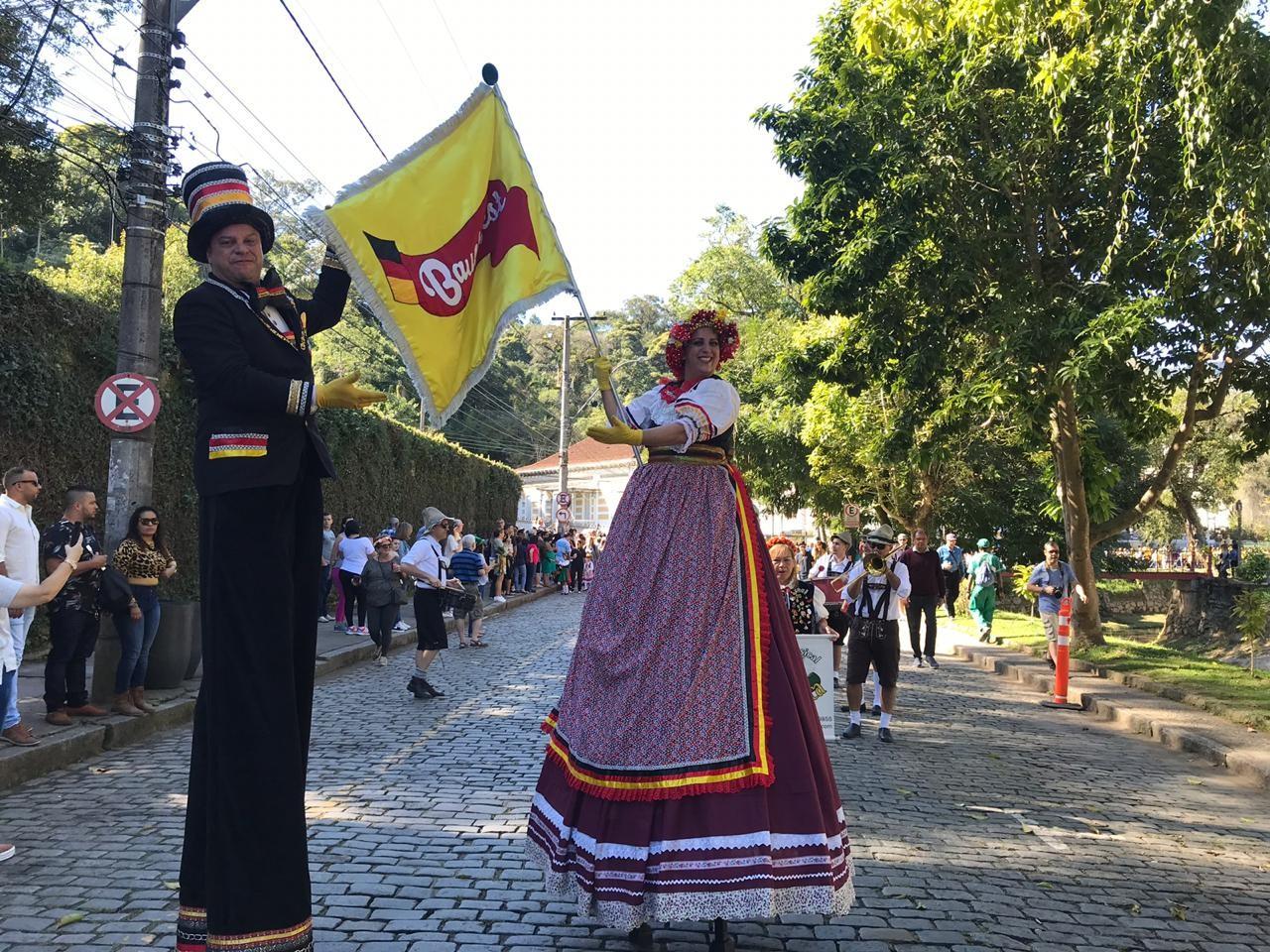 Desfile da Bauernfest leva cultura alemã para ruas do Centro Histórico de Petrópolis, no RJ - Notícias - Plantão Diário