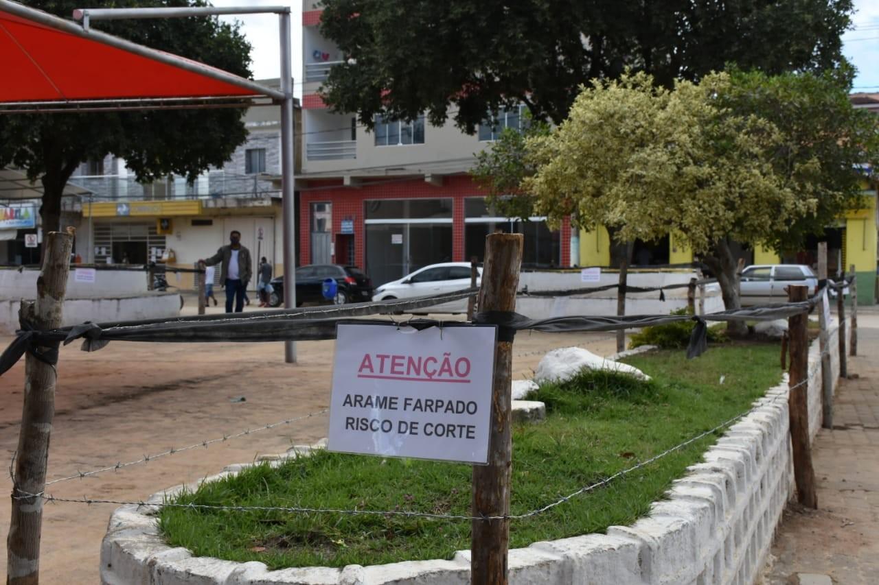 Prefeito do interior de Minas fecha praça com arame farpado para evitar aglomeração de idosos