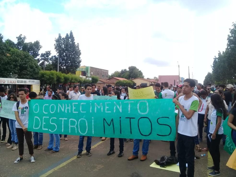 Estudantes de Araguatins fazem passeata pela cidade — Foto: Divulgação
