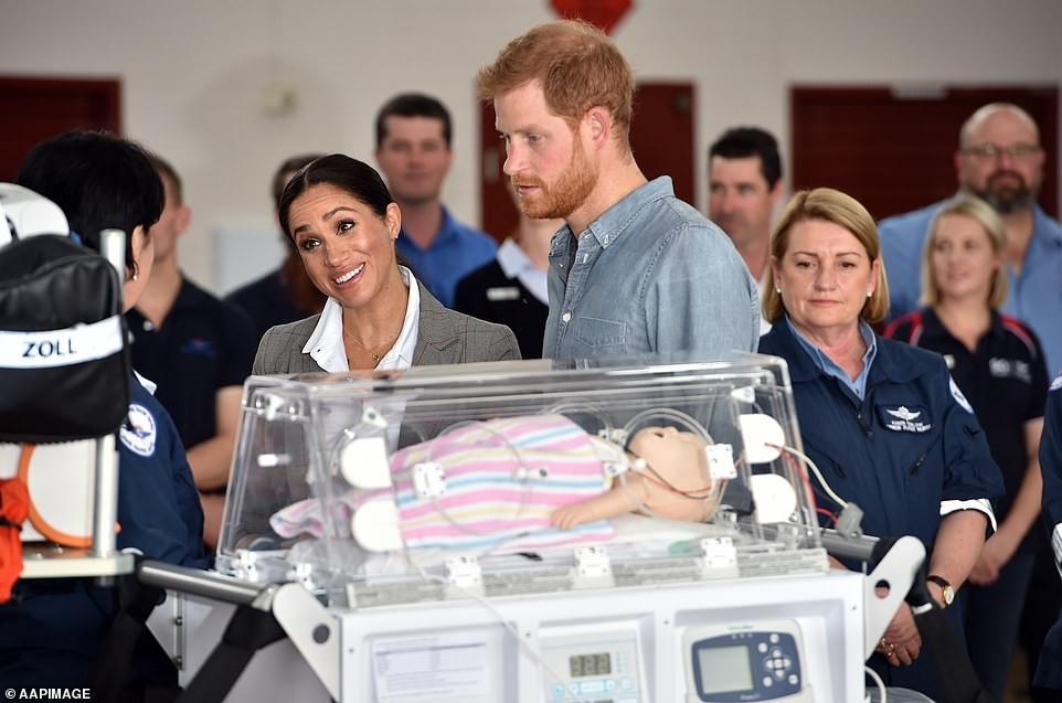 Meghan conversa com os médicos e enfermeiros sobre os cuidados com bebê (Foto: Reprodução Daily Mail)