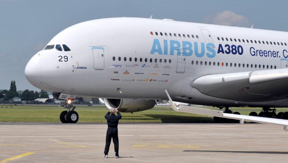 Um Airbus A380 se prepara para decolar durante um evento de aviação em Paris, na França, em junho de 2009. — Foto: Eric Piermont/AFP