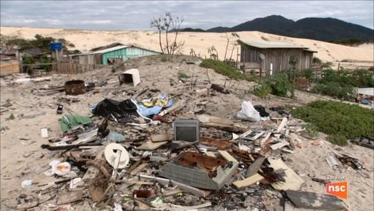 Moradores aguardam retirada de entulho após demolições em Florianópolis