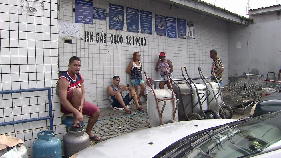 Consumidores chegaram cedo, neste sábado (2), para tentar comprar gás de cozinha no Recife (Foto: Reprodução/Robson Batista/ TV Globo)