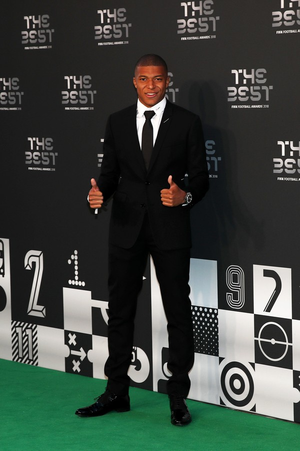 LONDON, ENGLAND - SEPTEMBER 24:  Kylian Mbappe of Paris Saint-Germain arrives on the Green Carpet ahead of The Best FIFA Football Awards at Royal Festival Hall on September 24, 2018 in London, England.  (Photo by Julian Finney/Getty Images) (Foto: Getty Images)