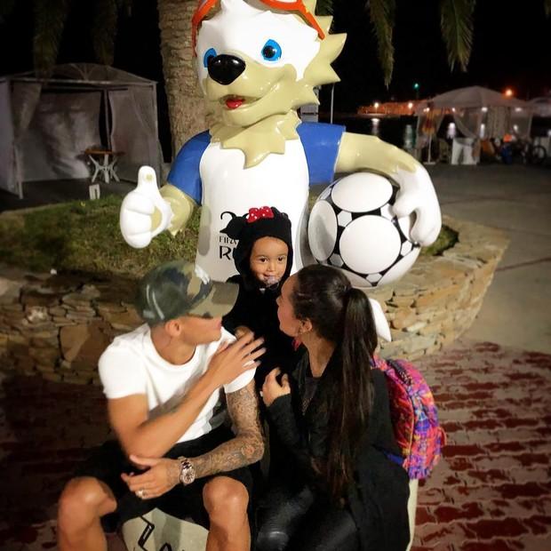 Phillippe Coutinho e família (Foto: Reprodução/Instagram)