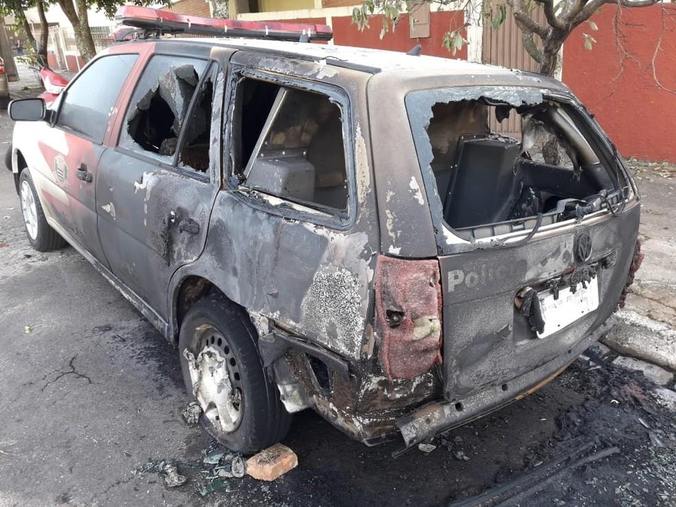Viatura da Polícia Civil foi incendiada em Santo Anastácio (Foto: Jefferson Anchieta)