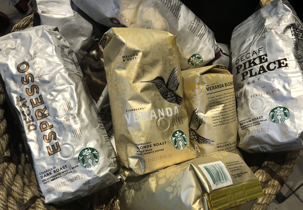 Pacotes de café à venda em lojas da Starbucks em Nova York (Foto: Reuters)