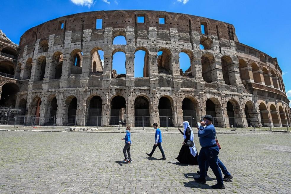 Turistas passam pelo Coliseu, em Roma, no dia 22 de junho de 2020 — Foto: Vincenzo Pinto / AFP
