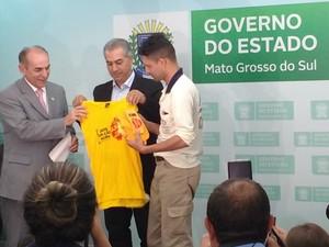 Marcelo Castro e Azambuja entregaram uniforme a agente de Saúde (Foto: Juliene Katayama/G1 MS)
