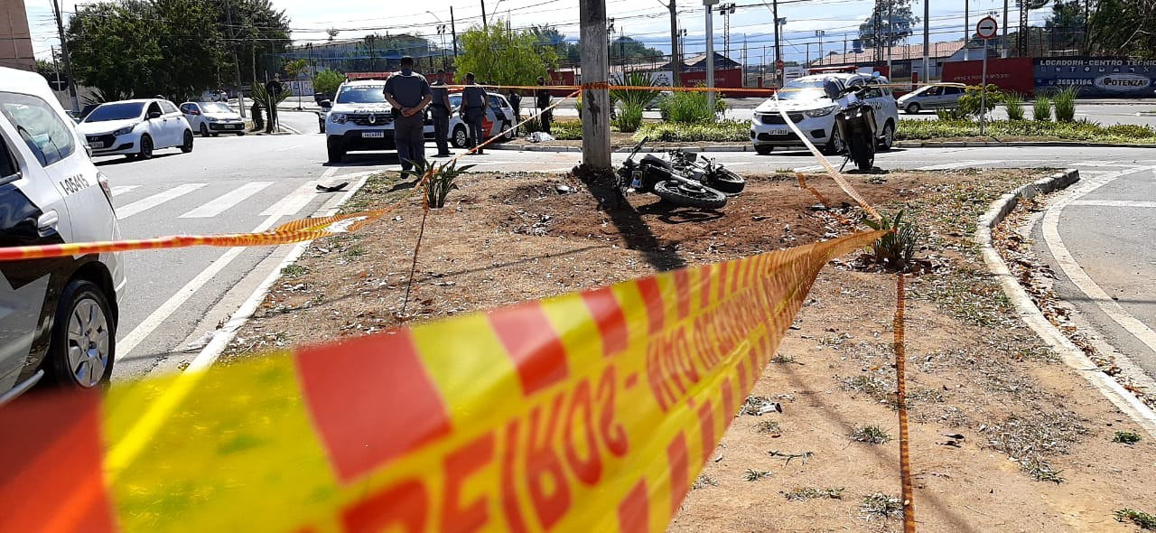 Motociclista morre após bater contra poste em Taubaté, SP
