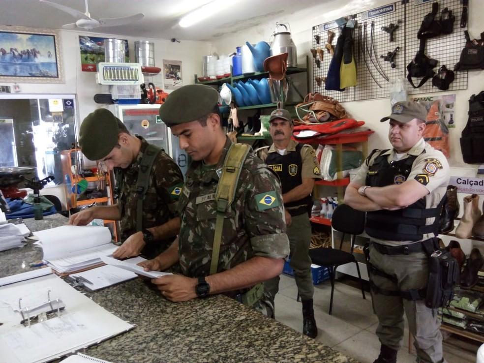 Exército fiscaliza empresa durante operação Alta Pressão VI, em junho — Foto: Polícia Militar/Divulgação