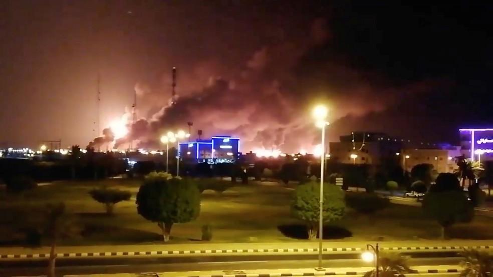 Incêndio atingiu instalações da petroleira Aramco em Abqaiq, na Arábia Saudita, neste sábado (14)  — Foto: Reuters