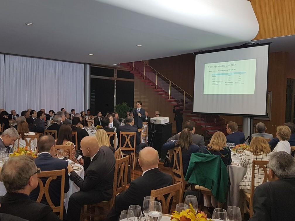 O deputado Arthur Maia (PPS-BA), relator da reforma da Previdência, apresenta novo texto aos deputados durante jantar com o presidente Michel Temer no Palácio da Alvorada (Foto: Reprodução/Assessoria do deputado Arthur Maia)
