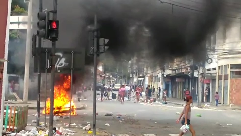 Manifestantes fecham a Rua Ana Neri, na altura da Rua Licínio Cardoso, para protestar pela morte de menina de 11 anos — Foto: Reprodução Redes Sociais