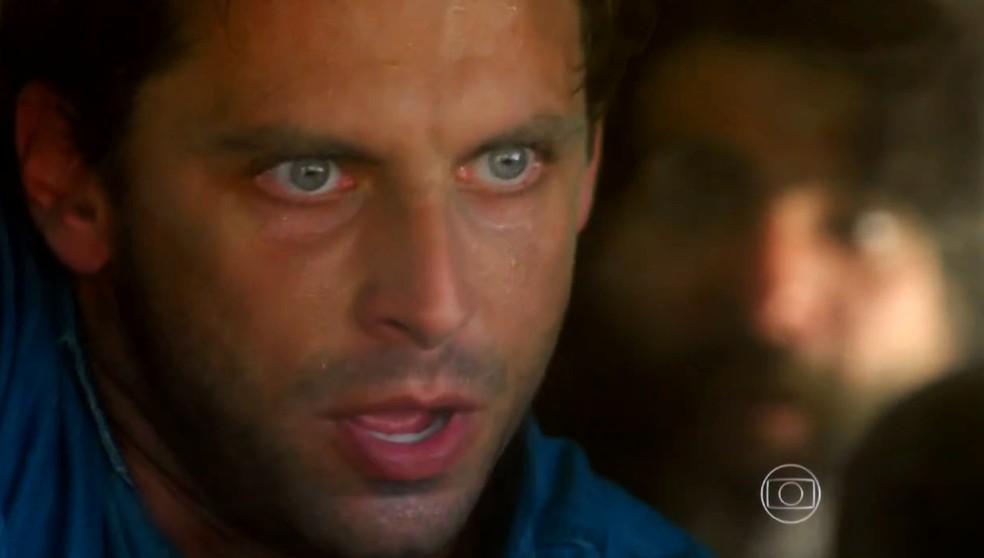 Cassiano (Henri Castelli) fica em apuros no avião de Dom Rafael (Cesar Troncoso), em 'Flor do Caribe' — Foto: Globo