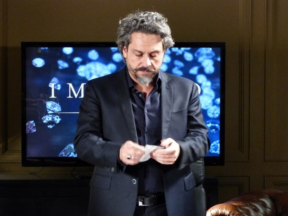 José Alfredo (Alexandre Nero) se prepara para ler o resultado de teste de DNA - 'Império' — Foto: Globo