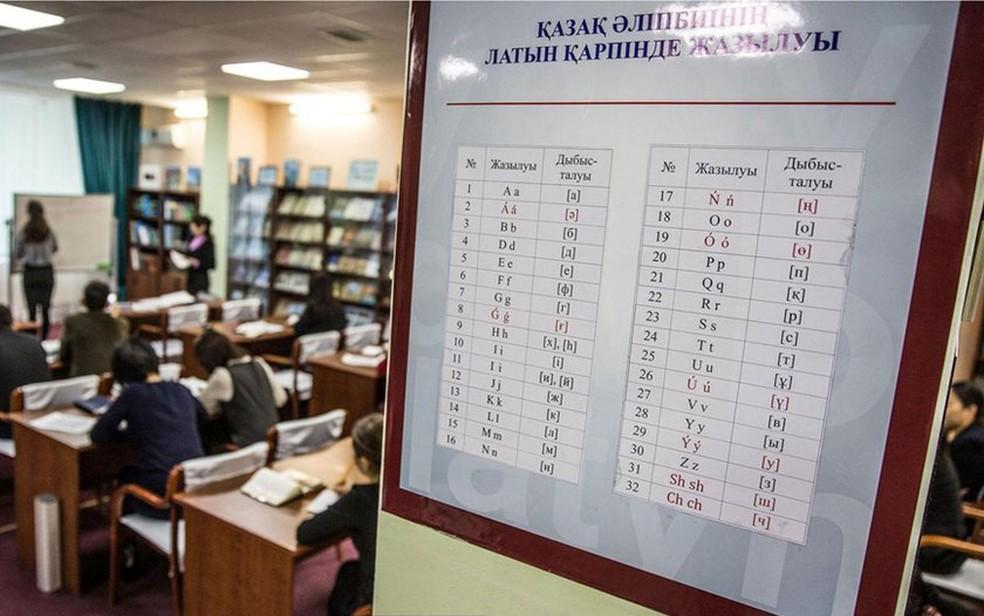 Bibliotecários têm aula com o novo alfabeto em Astana, capital do país (Foto: BBC/Taylor Weidman)