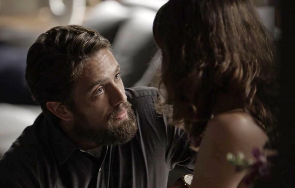 Renato tem ajudado Clara em seu plano de vingança (Foto: TV Globo)
