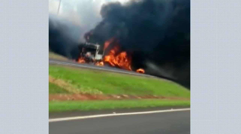 Carreta pega fogo e interdita trecho da Rodovia Anhanguera em Igarapava, SP