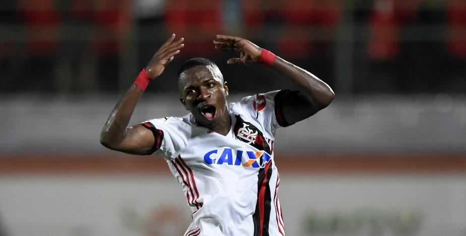 Chapéu, corta-luz e assistência: Vinicius Jr. cada vez mais solto com a camisa do Fla