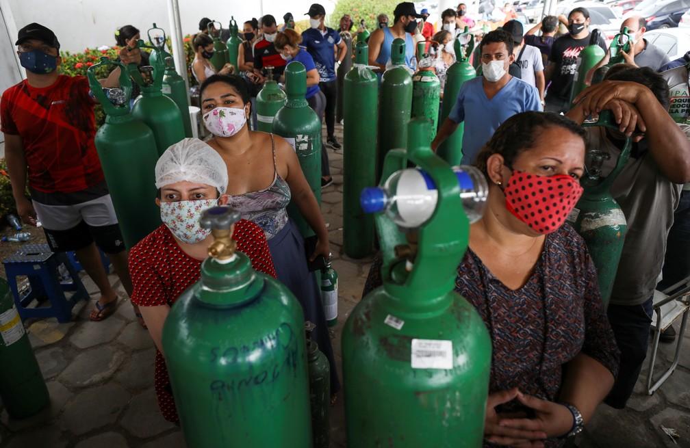 Parentes de pacientes internados em Manaus fazem fila para compra de oxigênio no dia 18 de janeiro. — Foto: Bruno Kelly/Reuters