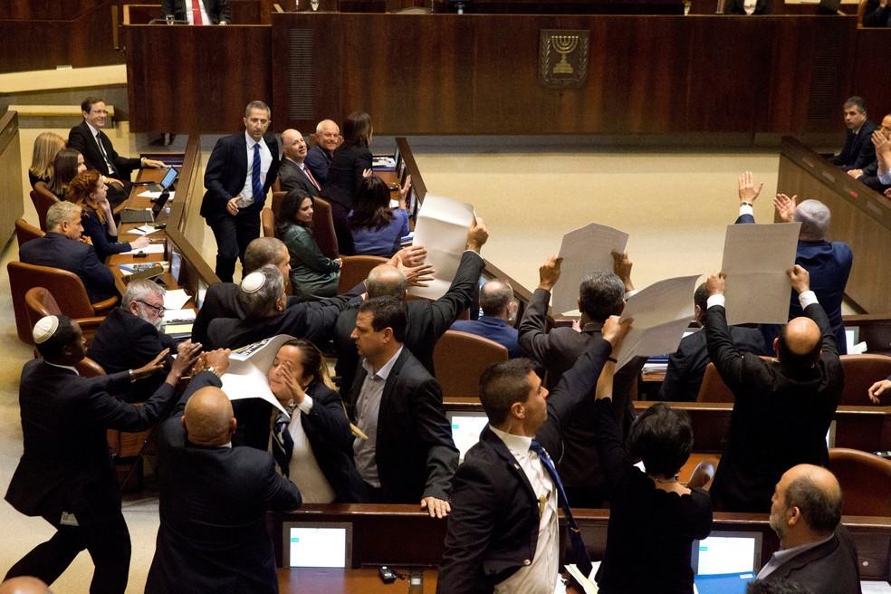 Parlamentares árabes protestam durante pronunciamento do vice-presidente dos Estados Unidos, Mike Pence, no Knesset (Foto: Ariel Schalit/ Reuters)