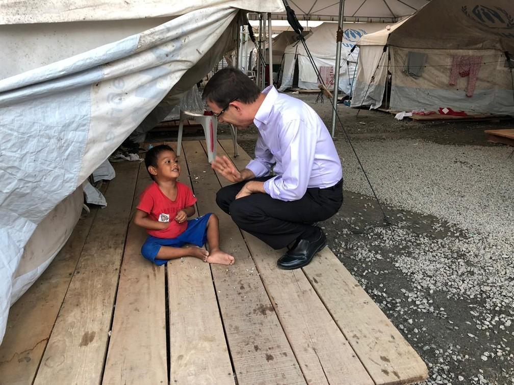 Bilionário Carlos Wizard em abrigo para refugiados venezuelanos em Roraima  — Foto: Arquivo pessoal
