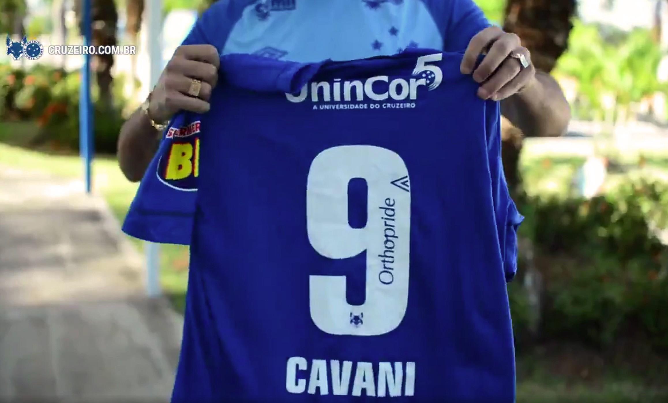 Arrascaeta manda presente a Cavani e faz convite: Quem sabe você pode ser o 9 do Cruzeiro...