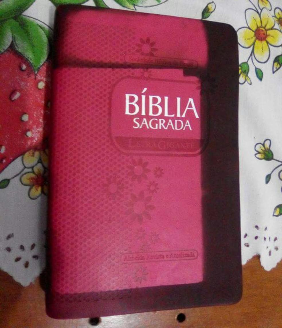 Moradora diz que bíblia estava dentro de armário atingido pelo fogo (Foto: Marcely Santana/Arquivo Pessoal)