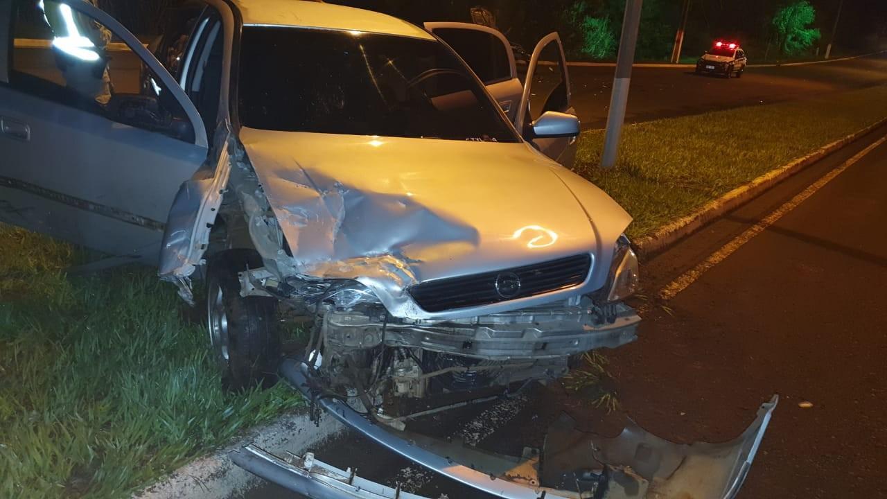 Motorista bate em carro estacionado e deixa feridos em Delta