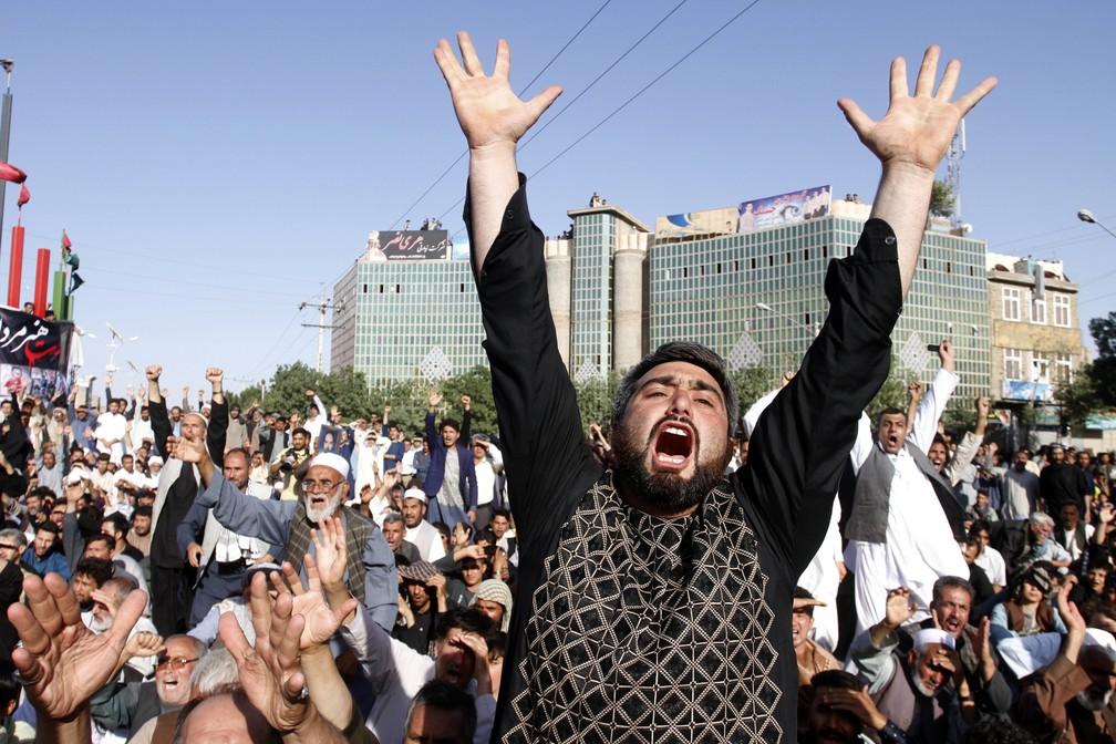 Afegãos xiitas protestam nesta quarta-feira (2) contra o grupo Estado Islâmico, que reivindicou autoria de ataque a mesquita na véspera (Foto: AP Photo/Hamed Sarfarazi)