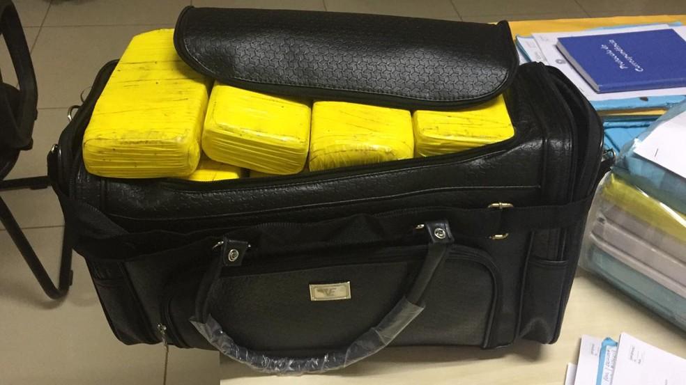 Droga estava escondida em mala e PF flagrou peruano com a droga nesta quarta (23) — Foto: Divulgação/Polícia Federal do Acre