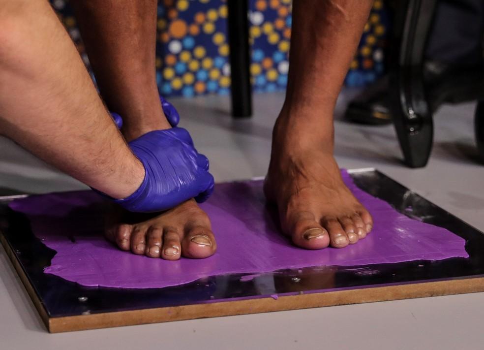Ronaldinho Gaúcho coloca os pés na calçada da fama do Maracanã — Foto: EFE