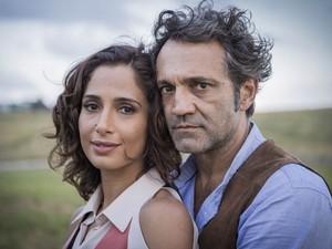 Domingos Montagner e Camila Pitanga como os personagem Santo e Tereza, durante gravações da novela 'Velho Chico' (Foto: Caiuá Franco/TV Globo)