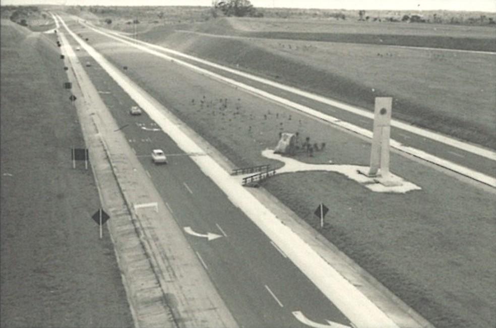 Trecho inicial da Rodovia Castello Branco (SP 280), na região de Osasco em 1968. No destaque, o monumento de concreto construído para a inauguração. — Foto: Acervo da Biblioteca da Secretaria de Logística e Transporte/Divulgação