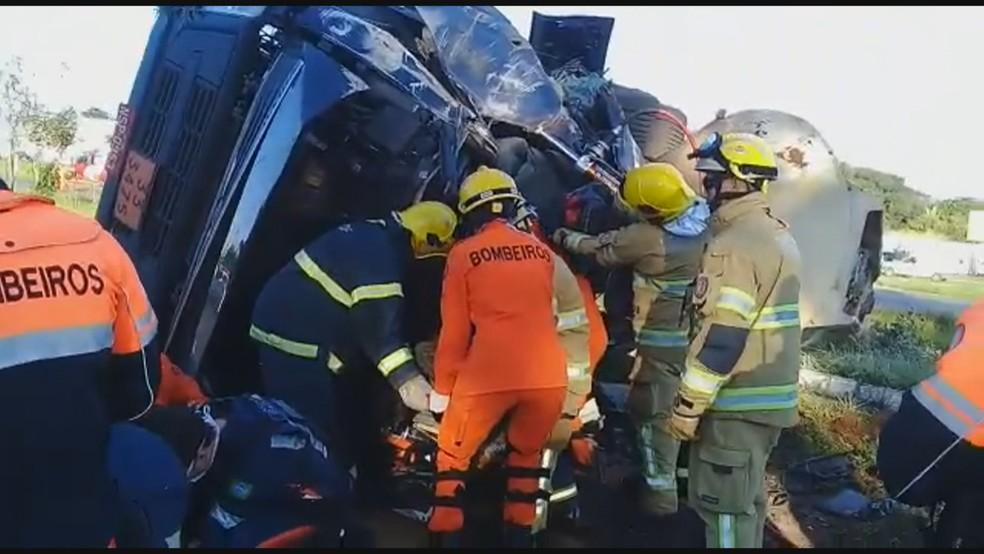 Bombeiros atendem motorista e passageiro em carreta que tombou na BR-020 — Foto: TV Globo/Reprodução