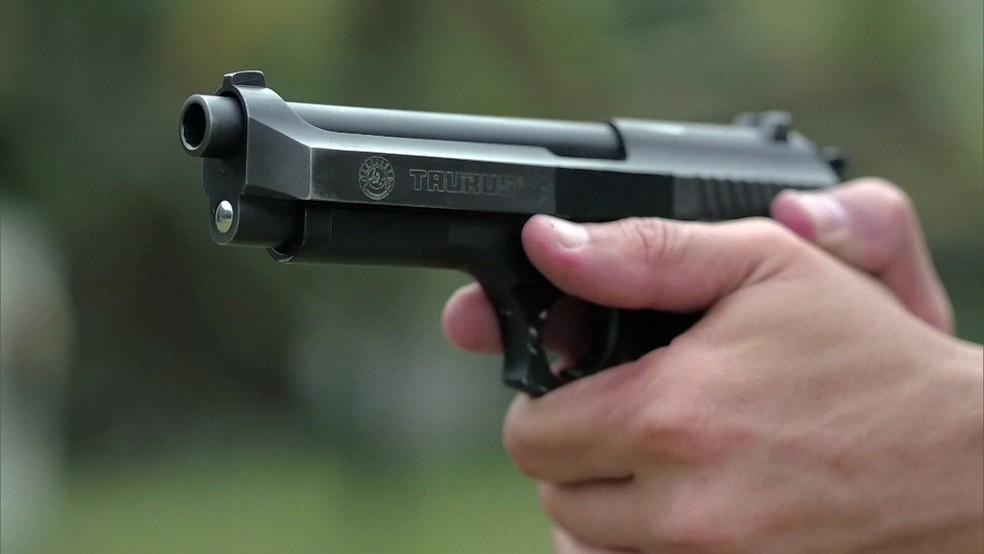 Policial segura arma — Foto: Reprodução/Fantástico
