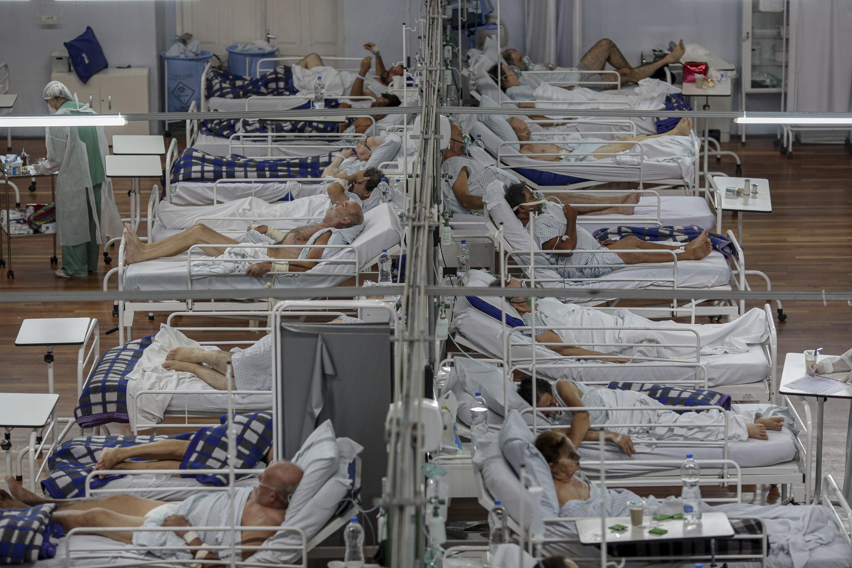 Paciente em respiração mecânica sem o 'kit intubação' com consciência equivale à tortura, diz infectologista da USP
