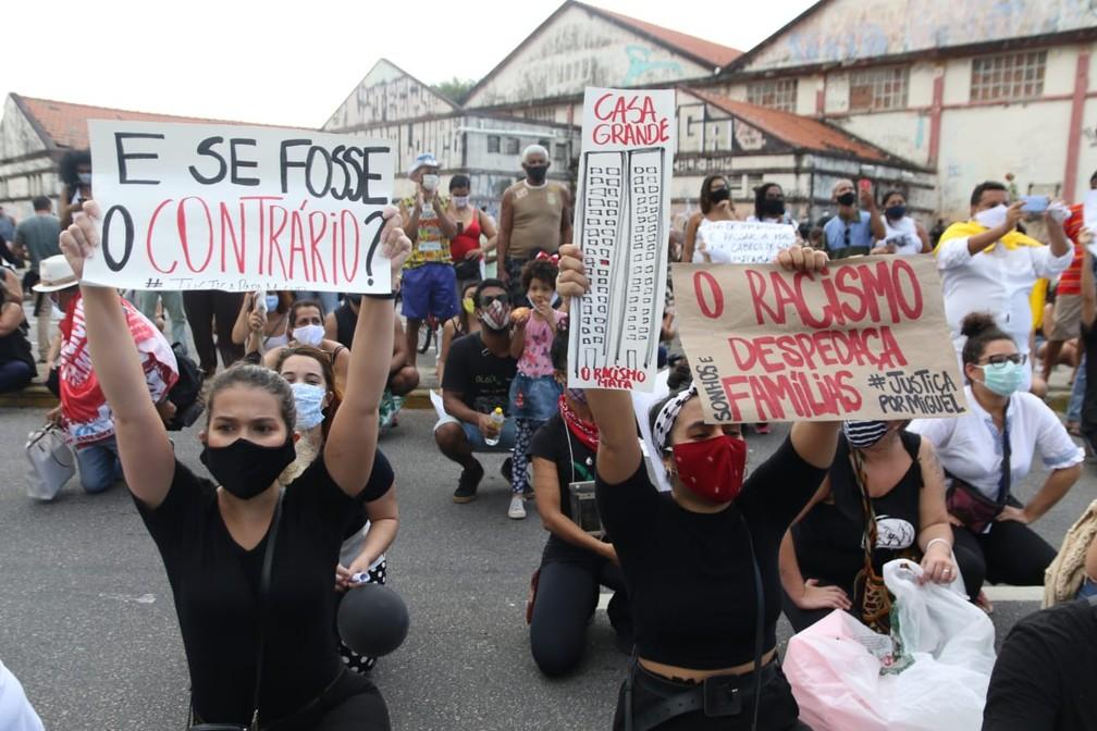 Manifestantes demosntraram indignação com a morte do menino Miguel, que ficou sob os cuidados da patroa da mãe e caiu do 9º andar  — Foto: Marlon Costa Pernambuco Press