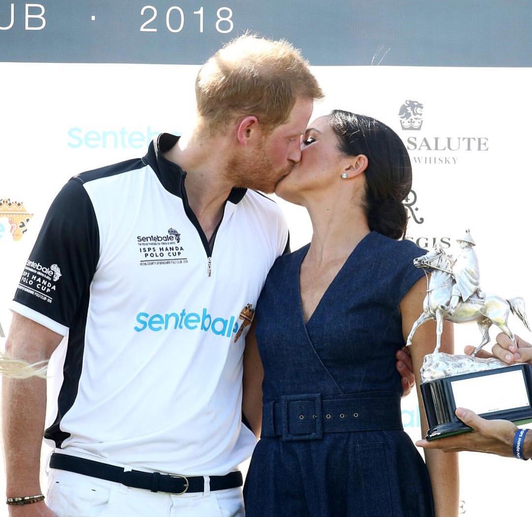 Beijão entre Meghan Markle e príncipe Harry após o jogo de pólo (Foto: Reprodução / Instagram)
