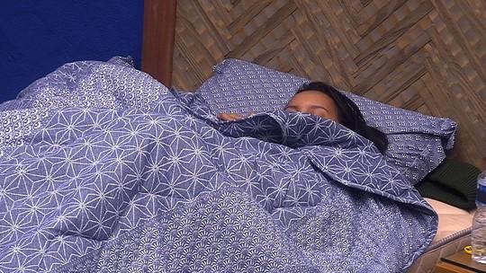 Gleici permanece deitada ao lado de Wagner no Bangalô do Líder