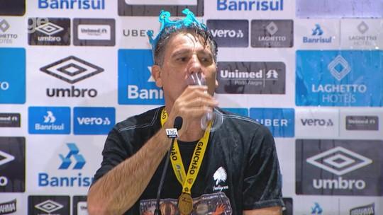 Coroa, espumante e cansaço por voltas olímpicas: Renato Gaúcho assume lado folclórico após título