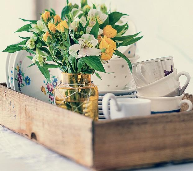 Com lindas louças (podem ser desparceiradas) e um arranjo de flores, o caixote de frutas vira uma maneira diferente de dispor a mesa de chá (Foto: Foto Rogério Voltan/Editora Globo | Produção Ellen Annora)